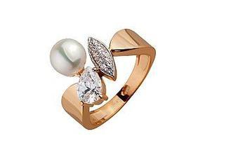 Золотое кольцо с белым жемчугом и фианитами